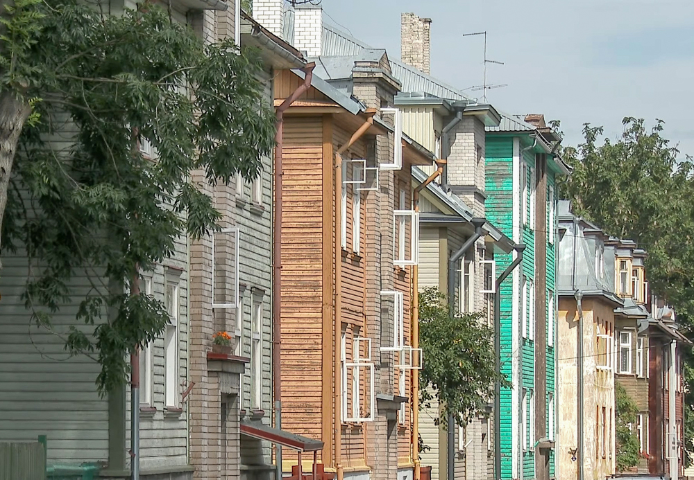 Tallinn Neighborhoods: When sightseeing in Tallinn and wondering what to see and do, don't miss out on the bohemian Kalamaja quarter that is full of colorful wooden houses and has a hipster vibe.