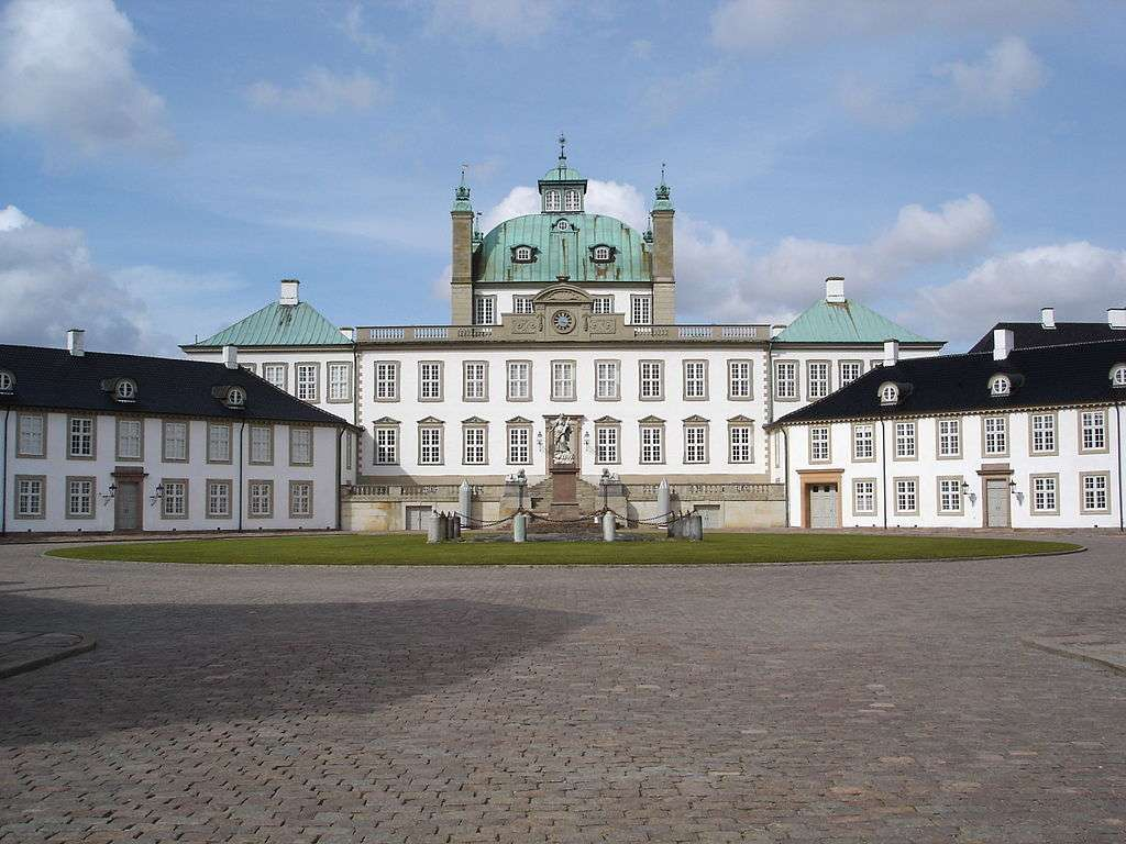 Royal palaces in Denmark: Frontal view of Fredensborg Palace.