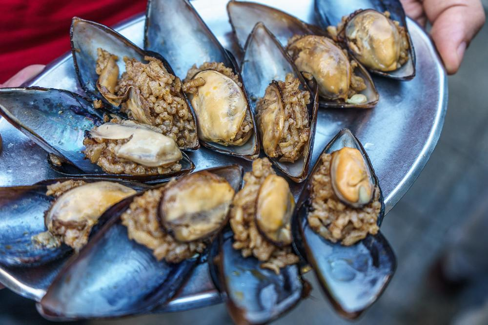 Midye dolma, stuffed mussels, are perhaps one of the healthiest street foods in Istanbul.