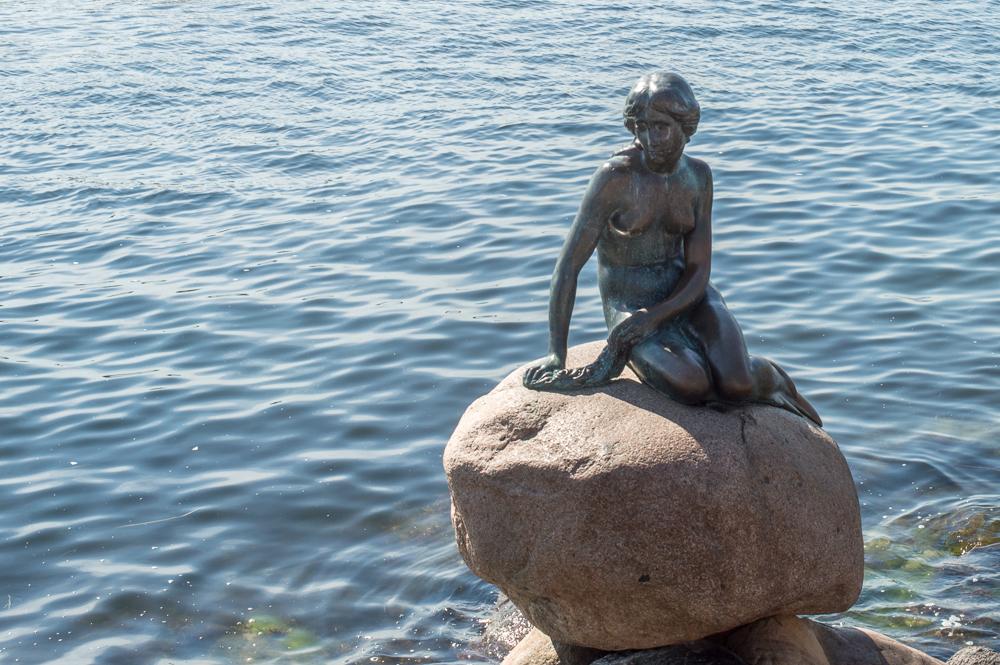 Die Statue der Kleinen Meerjungfrau ist wahrscheinlich die bekannteste Sehenswürdigkeit in Kopenhagen.