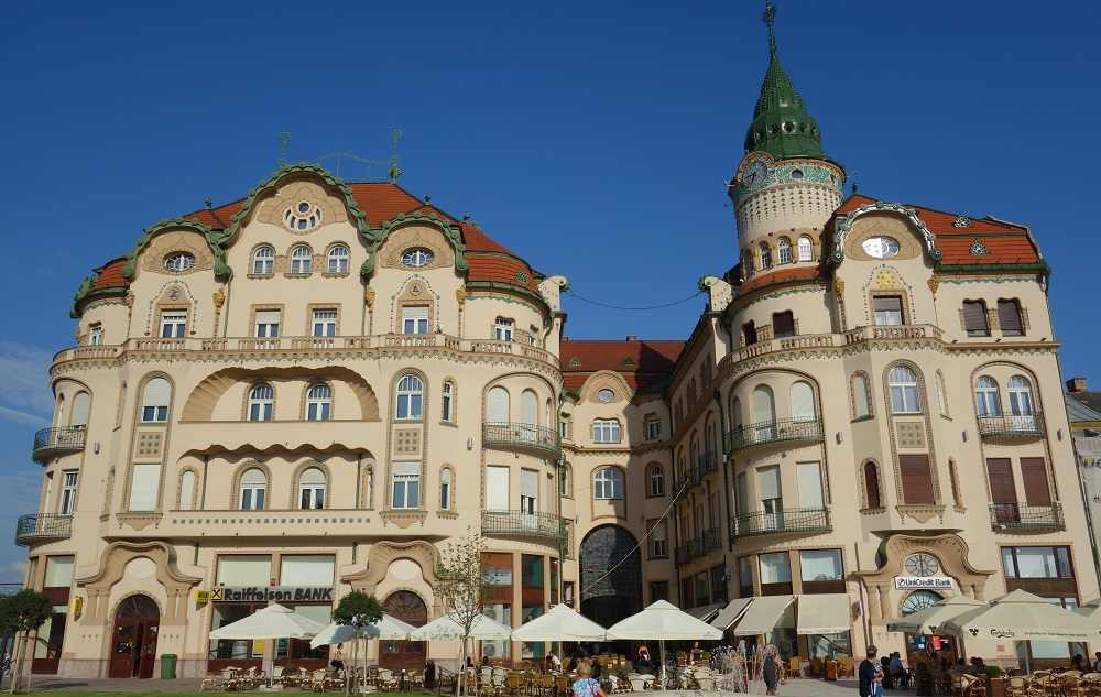 Best Cities to see Art Nouveau architecture: The Romanian city of Oradea is home to some stunning examples of Art Nouveau architecture. Photo Credit: Planck, cropped, [CC BY-SA 4.0 (https://creativecommons.org/licenses/by-sa/4.0)], via Wikimedia Commons.