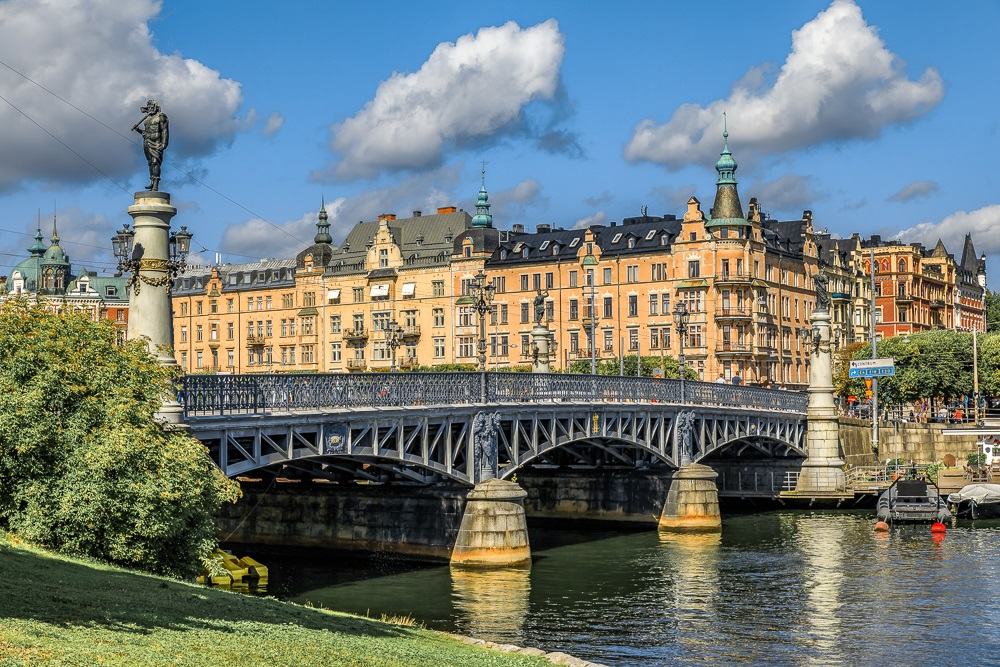 Must-see Stockholm: The palatial mansions and buildings on the elegant tree-lined Standvägen boulevard are one of the best things to see when spending one day in Stockholm.