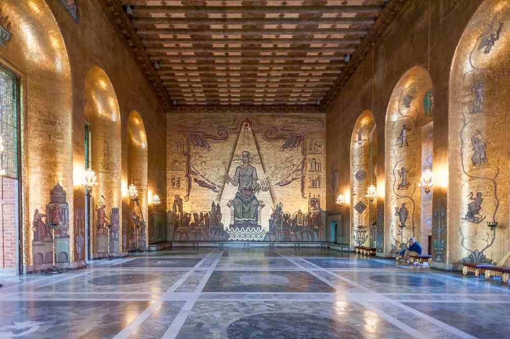 Stockholm sightseeing: The Golden Hall at the Stockholm City Hall is covered with mosaics and is one of the best things to see in Stockholm. C: Anton_Ivanov/shutterstock.com