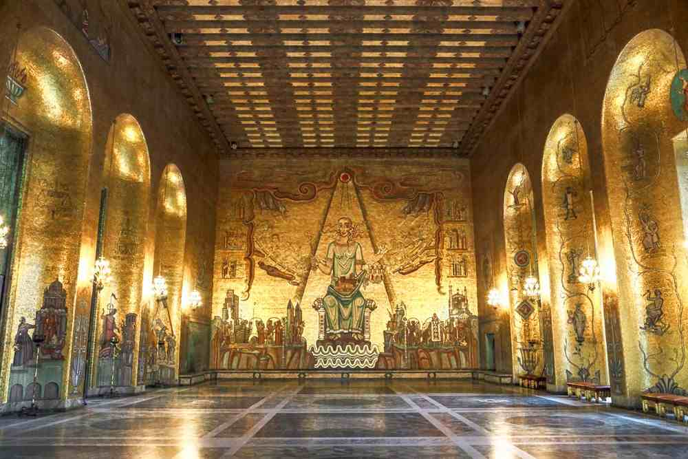 Things to do in Stockholm: The Golden Hall of the City Hall is truly a sight to behold and its Byzantine style wall mosaics contain 19 million fragments of gold leaf. It is definitely one of the must-see attractions when spending one day in Stockholm.