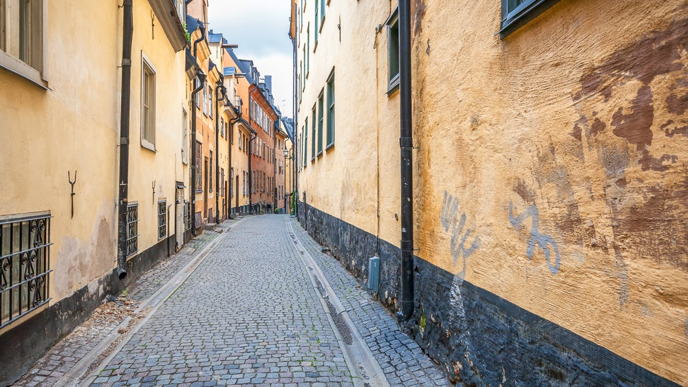 Things to do in Stockholm: The pastel-colored houses of Prästgatan are one of the best things to see when spending one day in Stockholm.
