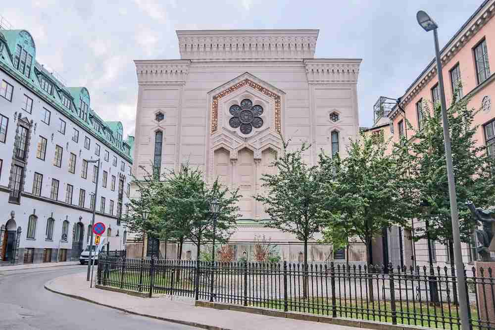 What to see in Stockholm: The whitewashed Moorish style facade of the Great Synagogue is one of the must-see attractions of this free self-guided Stockholm walking tour.