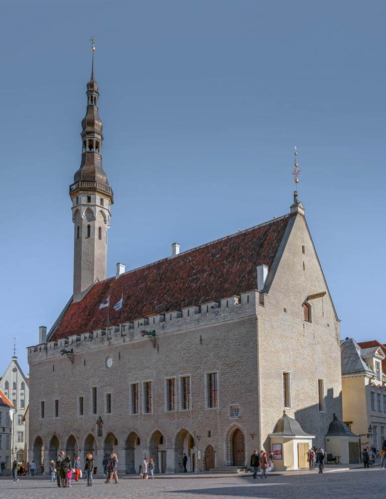 Tallinn sightseeing: The 15th century Tallinn Town Hall is an elegant arcade of Gothic arches and a slender steeple. There are also dragon waterspouts just below the roof. It is one of the most prominent landmarks to see on a Tallinn walking tour. C: Oleg Proskurin/shutterstock.com