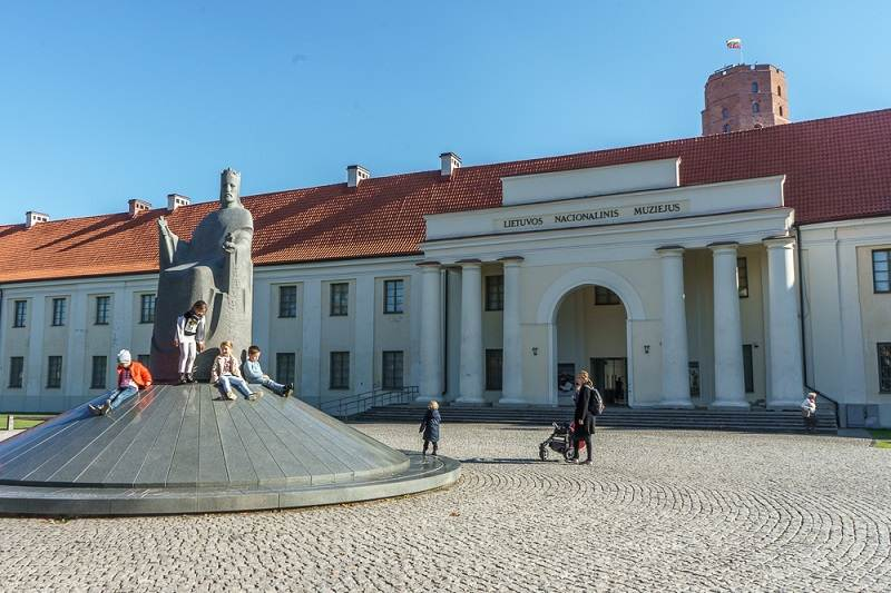 What to see in Vilnius: Facade of the National Museum of Lithuania with the statue of King Mindaugas in front of the museum. This is one of the must-see sights on this Vilnius walking tour and one of the best museums in the city.