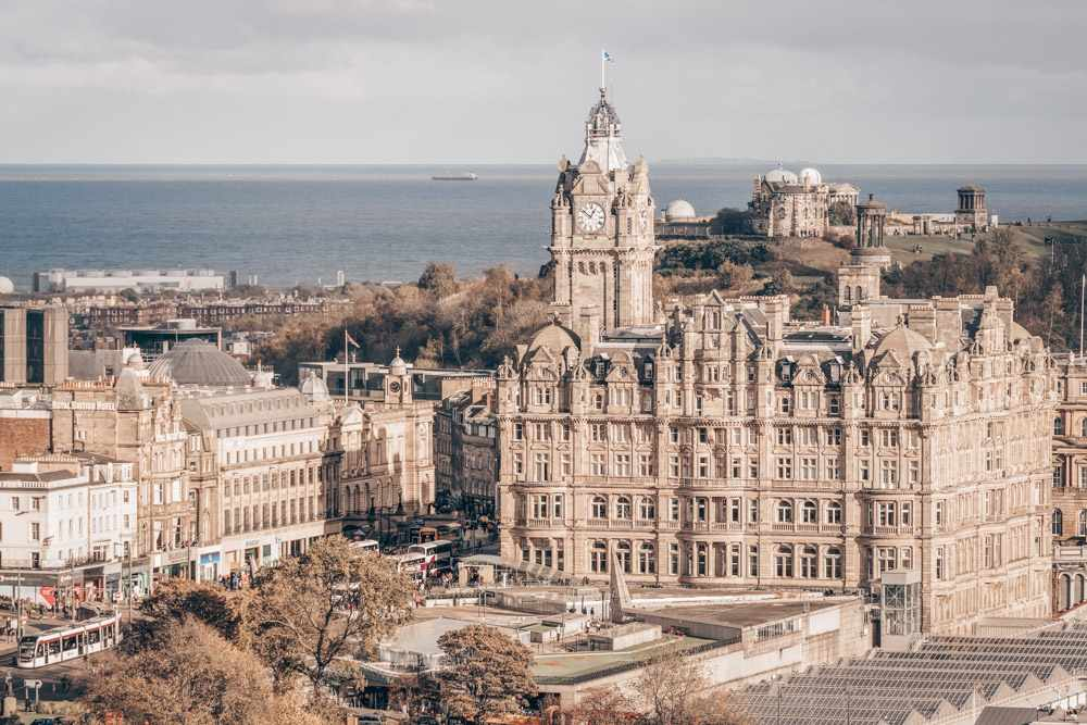 Self-guided Edinburgh walking tour: View of the iconic Balmoral Hotel, one of the must-see sights in Edinburgh. C: Kraft_Stoff/shutterstock.com