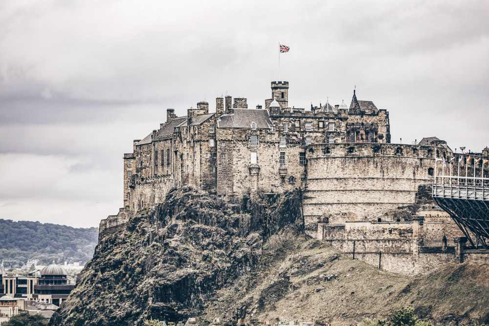 Free self-guided Edinburgh walking tour: The Edinburgh Castle is one of the highlights in Edinburgh.