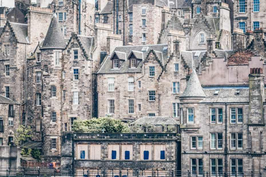 Self-guided Edinburgh walking tour: View of the buildings of the Edinburgh Old Town, one of the must-see attractions in the city.