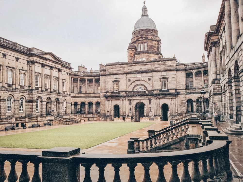What to see in Edinburgh: View of the beautiful internal quadrangle of the Old College of the University of Edinburgh, one of the highlights of this self-guided Edinburgh walking tour. C: Su Hongjia [CC BY-SA 4.0 (https://creativecommons.org/licenses/by-sa/4.0)], via Wikimedia Commons.