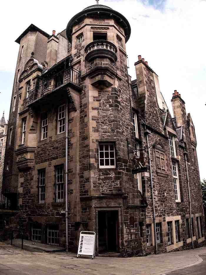 Museums in Edinburgh: View of the Writers' Museum, which is dedicated to Scotland's three greatest literary greats, Sir Walter Scott, Robert Louis Stevenson, and Robert Burns. It is one of the best things to see on an Edinburgh walking tour. C: Christian Bickel [CC BY-SA 2.0 de (https://creativecommons.org/licenses/by-sa/2.0/de/deed.en)], via Wikimedia Commons.