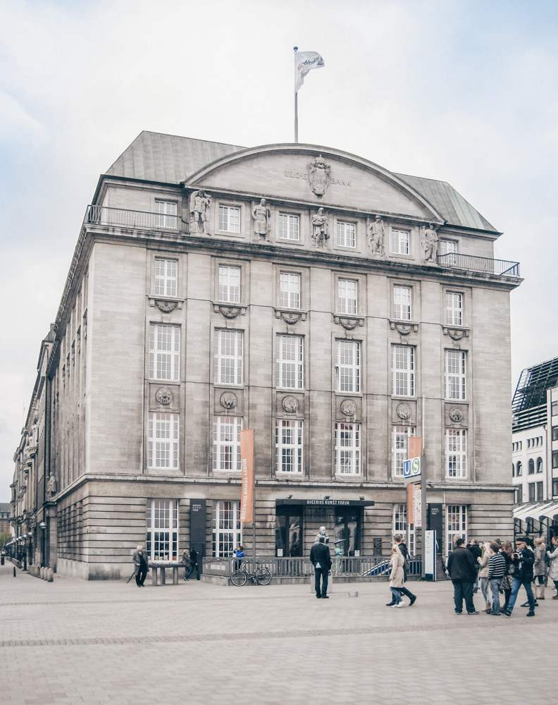 Free self-guided Hamburg walking tour: The richly embellished facade of the Bucerius Art Forum is one of the best things to see when sightseeing in Hamburg. C: Jocian [CC BY-SA 3.0 (https://creativecommons.org/licenses/by-sa/3.0)], via Wikimedia Commons.