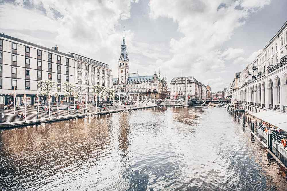 Free Self-Guided Hamburg Walking Tour: Beautiful view of Hamburg city center with town hall and Alster river.