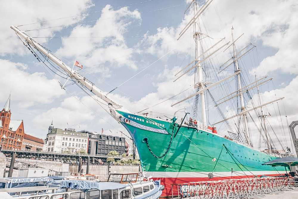 What to see in Hamburg: View of Rickmer Rickmers, a famous three-masted sailing ship which is one of the must-see sights in Hamburg. C: Aleksandr Simonov/shutterstock.com