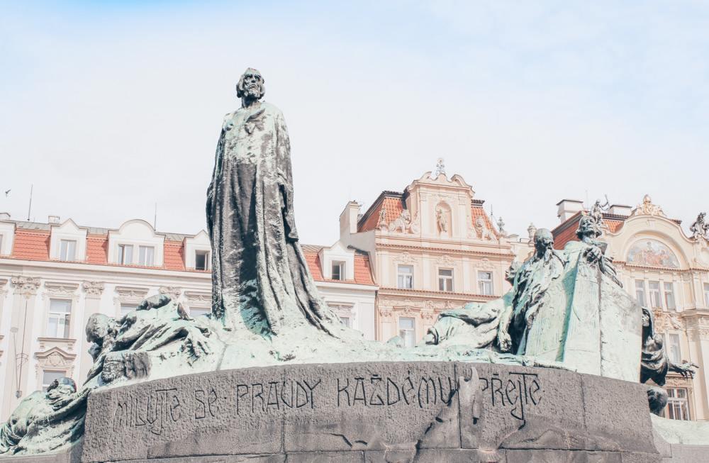 Prague statues: View of the Jan Hus Monument which is a tribute to the reformer and Czech national hero Jan Hus. It is one of the best things to see in the Prague Old Town. PC: Øyvind Holmstad [CC BY-SA 3.0 (https://creativecommons.org/licenses/by-sa/3.0)], via Wikimedia Commons.
