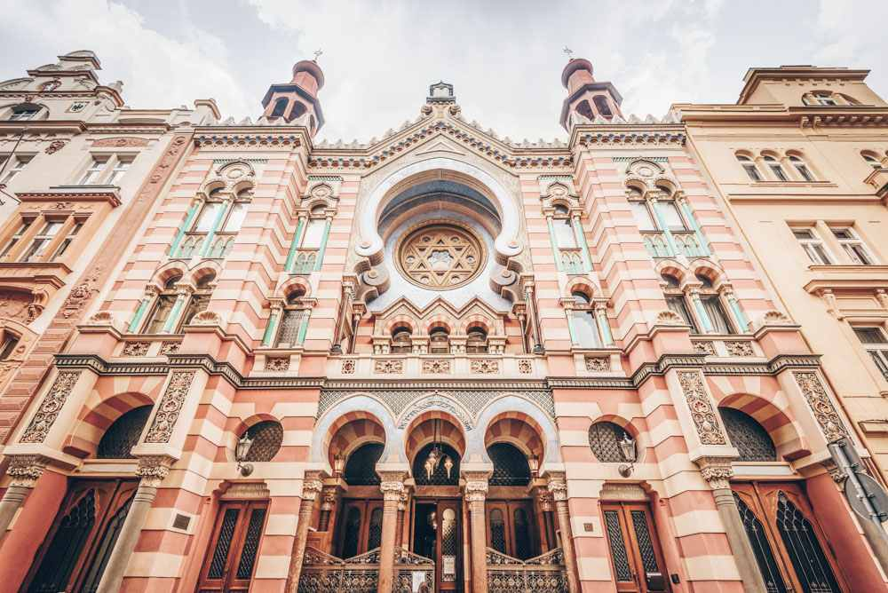 What to see in Prague: View of the mesmerizing facade of the Jubilee Synagogue that is a blend of Art Nouveau and Moorish Revival styles. It is the newest and largest synagogue in Prague.