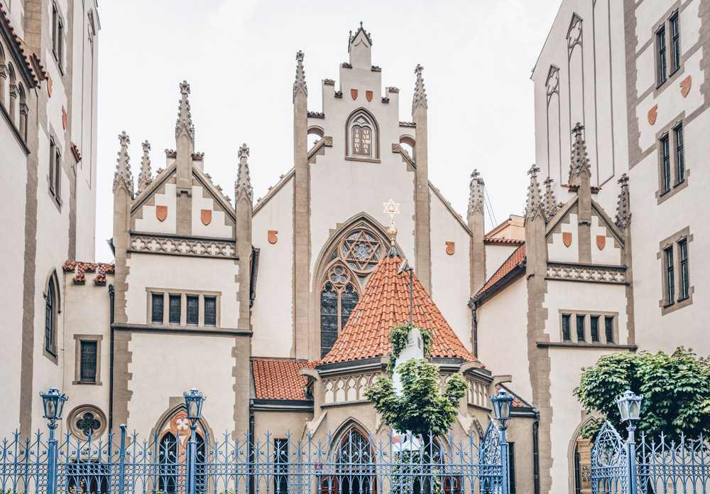 Must-see attractions in the Prague Jewish Quarter: View of the Neo-Gothic Maisel Synagogue, now home to an exhibition showcasing the history of the Czech-Jewish community from the 10th to the 18th century. It is one of the best things to see in Prague.
