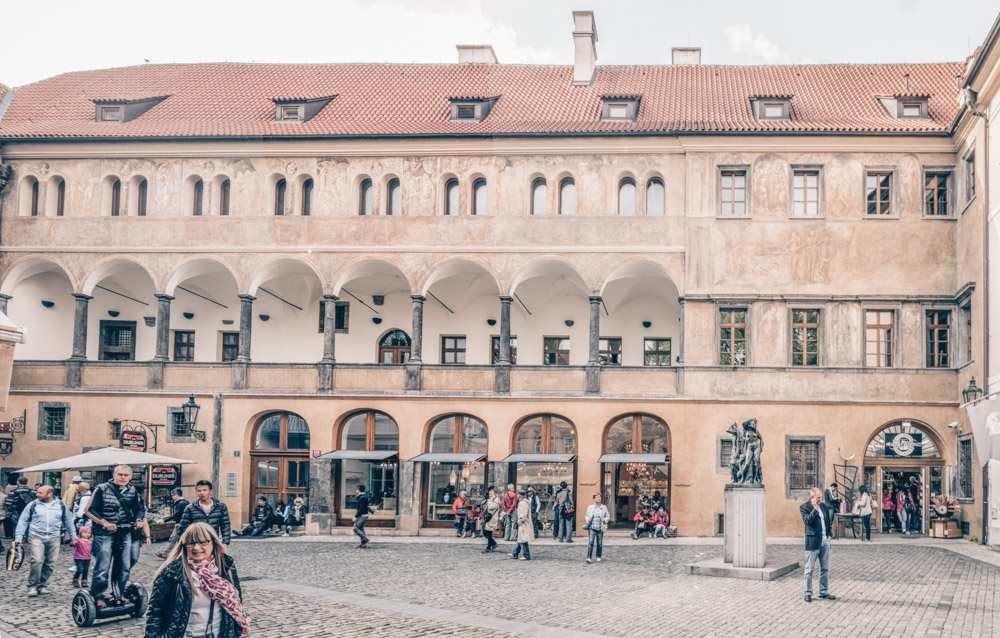 What to see in Prague: View of the arcaded loggia of the Renaissance-style Granovsky Palace in the Ungelt courtyard of the Prague Old Town. PC: Jerzy Strzelecki [CC BY-SA 3.0 (https://creativecommons.org/licenses/by-sa/3.0)], via Wikimedia Commons.