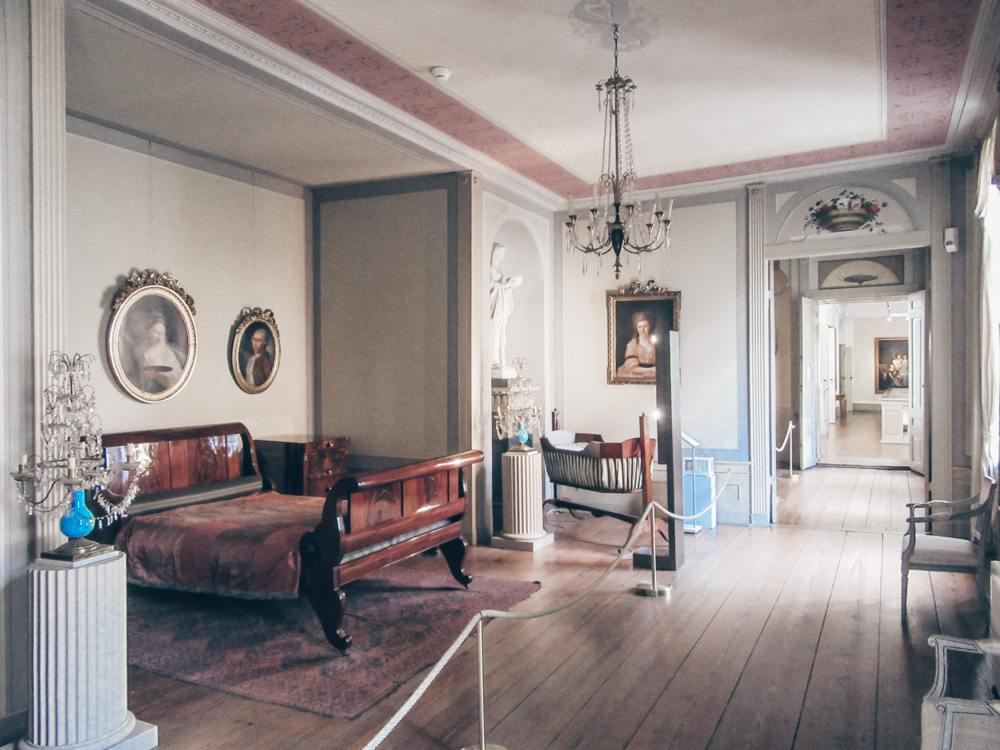 Things to do in Lübeck - Model display of a 19th century bedroom inside Behnhaus Drägerhaus Museum. PC: Concord [CC BY-SA 4.0 (https://creativecommons.org/licenses/by-sa/4.0)], via Wikimedia Commons.
