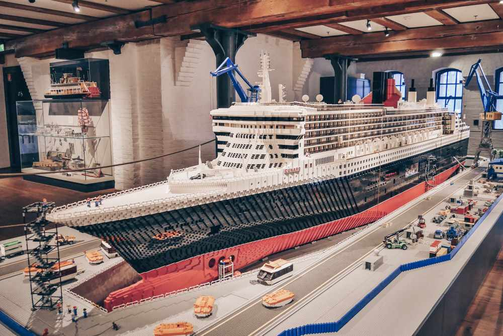 What to do in Hamburg - Giant model of the RMS Queen Mary 2 at the International Maritime Museum. PC: Damián Morán Dauchez [CC BY-SA 4.0 (https://creativecommons.org/licenses/by-sa/4.0)], via Wikimedia Commons