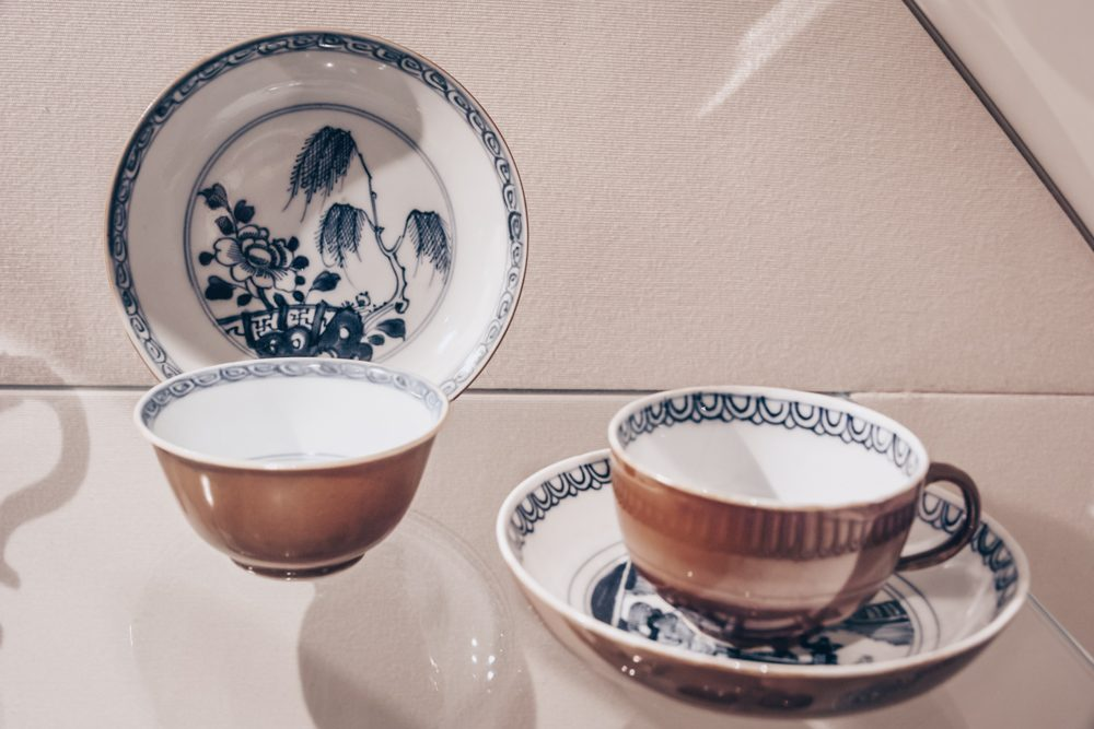 Hamburg sightseeing - Exquisite Meissen porcelain cups and plates at the Museum für Kunst & Gewerbe (MKG). PC: ArishG [CC BY-SA 3.0 (https://creativecommons.org/licenses/by-sa/3.0)], via Wikimedia Commons.
