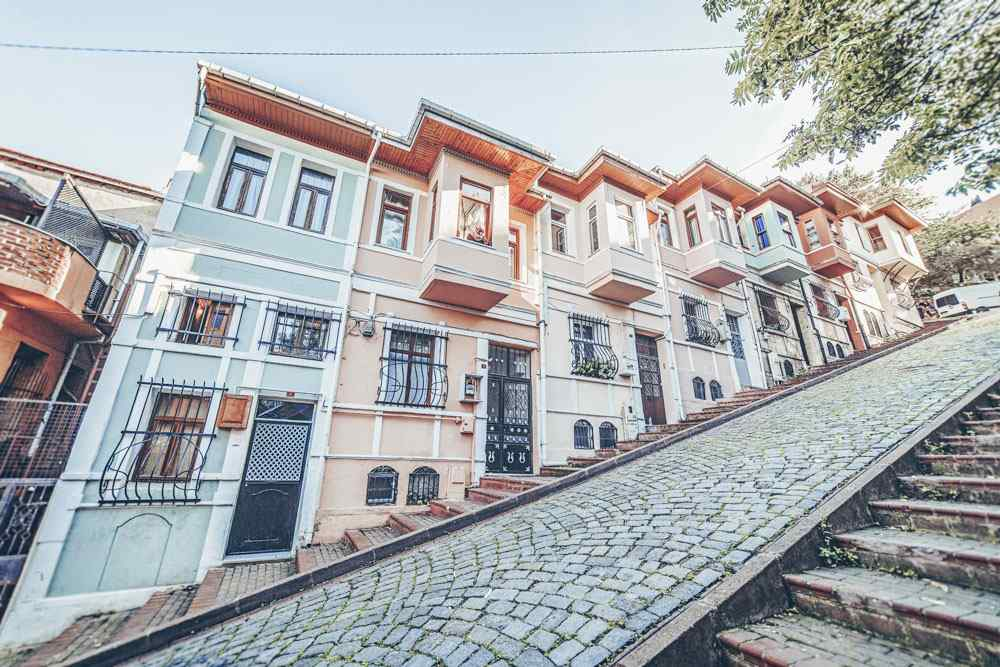 3 Days in Istanbul: Pastel-hued houses with bay windows on the steep Merdivenli Yokuş in Balat. PC: Lepneva Irina/shutterstock.com