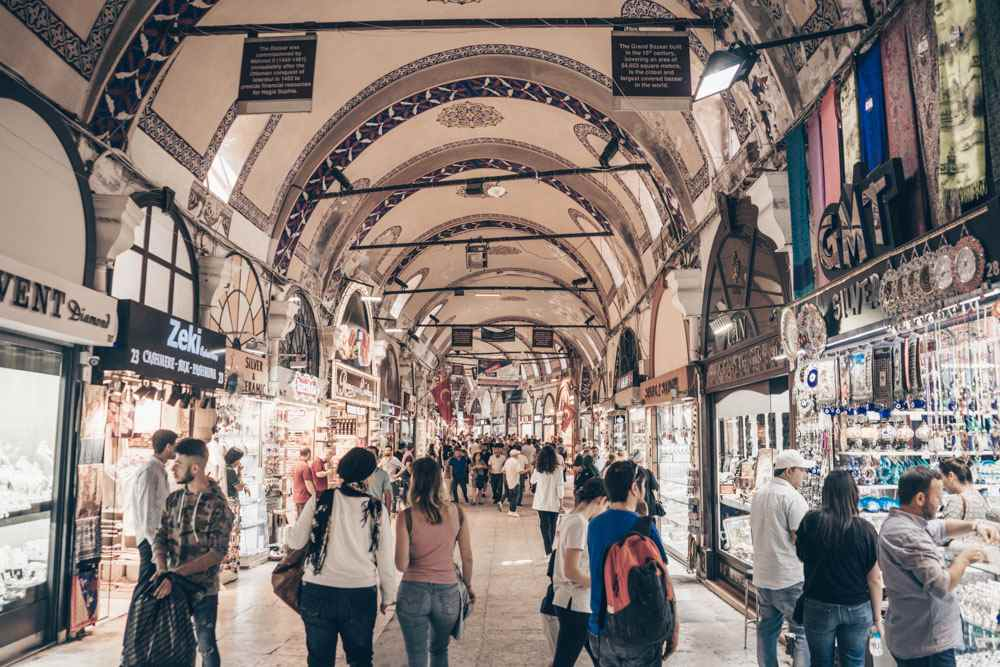 Istanbul Grand Bazaar: People walking on Jeweller's Street