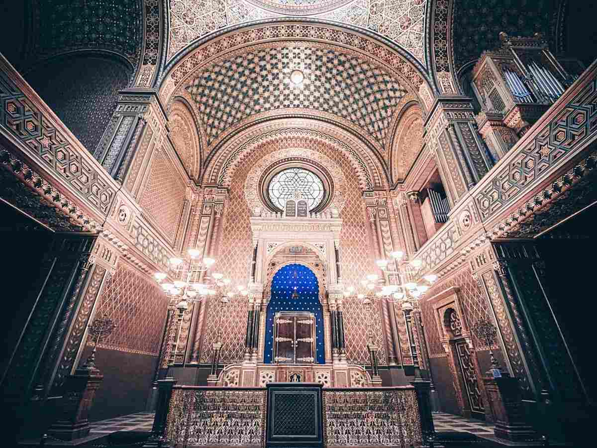 Must-see attractions in Prague: Gilded motifs, geometric patterns, and stained glass of the Spanish Synagogue. PC: Andrei Avantgardian [CC BY 2.0 (https://creativecommons.org/licenses/by/2.0)], via Wikimedia Commons