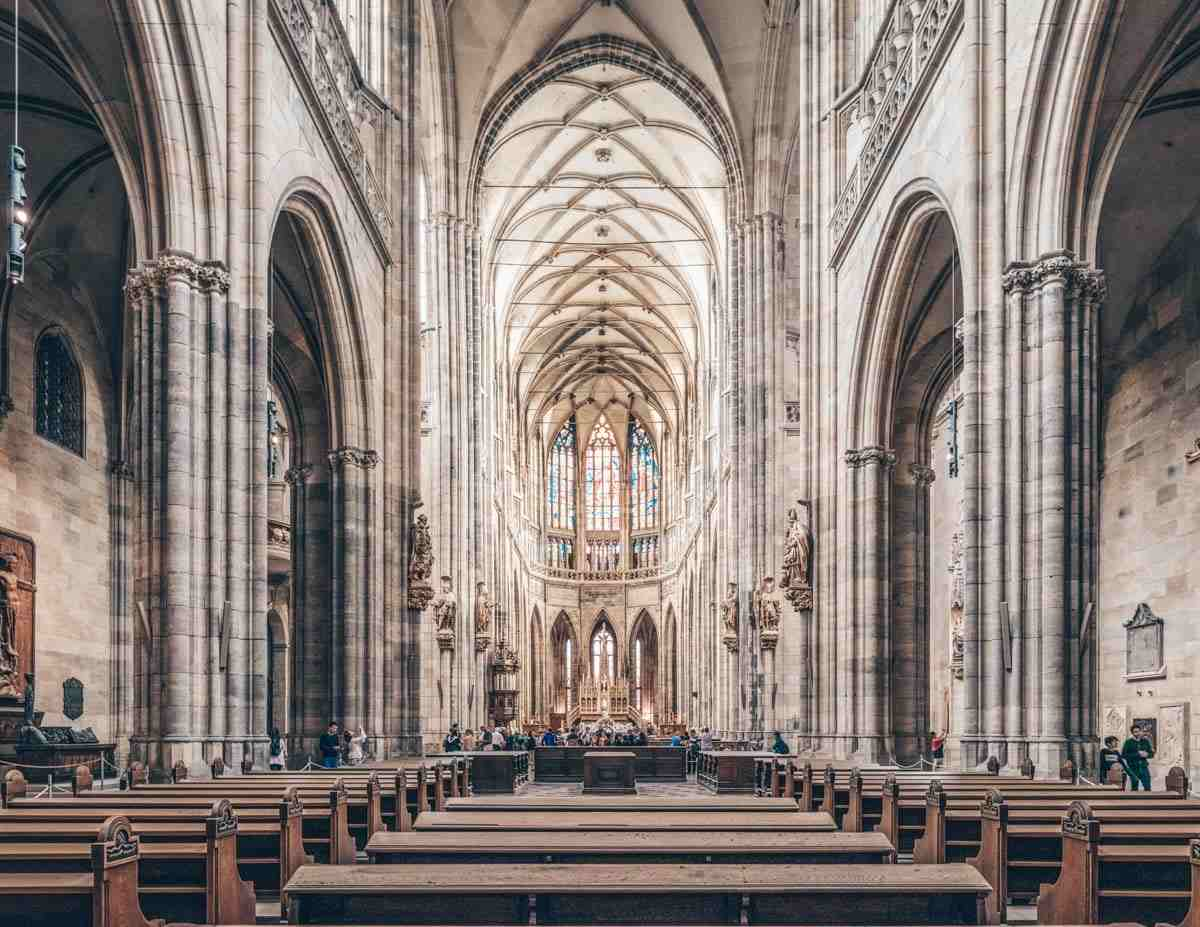 Things to see in Prague: The nave of the monumental St. Vitus Cathedral. PC: DXR [CC BY-SA 4.0 (https://creativecommons.org/licenses/by-sa/4.0)], via Wikimedia Commons.