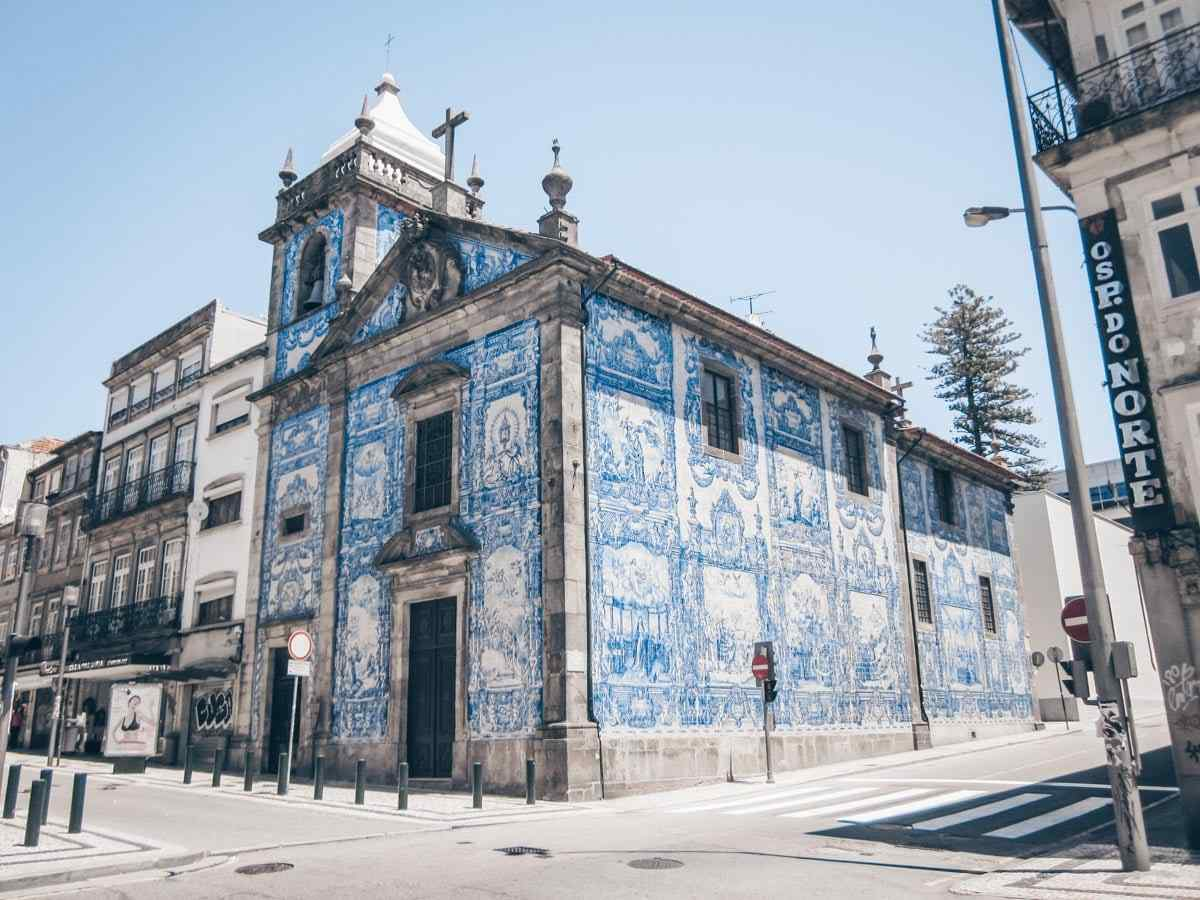 Instagram locations in Porto: Exterior azulejos of the Chapel of Souls. PC: Petr Adam Dohnálek [CC BY-SA 3.0 cz (https://creativecommons.org/licenses/by-sa/3.0/cz/deed.en)], via Wikimedia Commons