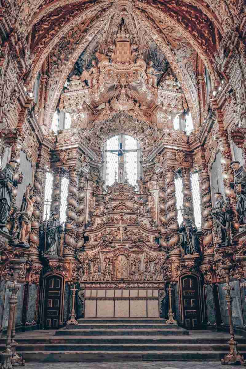 Church of Sao Francisco Porto: Baroque carvings in the richly gilded altar. PC: SamFa from Paris, France [CC BY 2.0 (https://creativecommons.org/licenses/by/2.0)], via Wikimedia Commons