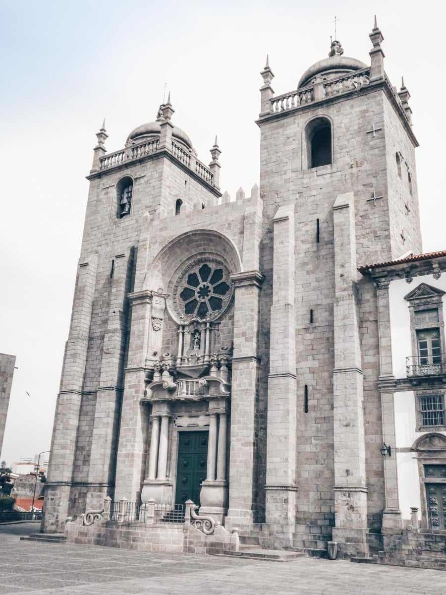Points of interest in Porto: The imposing Gothic and Romanesque exterior of Porto Cathedral (Se). PC: Ricardo Tulio Gandelman [CC BY 2.0 (https://creativecommons.org/licenses/by/2.0)], via Wikimedia Commons