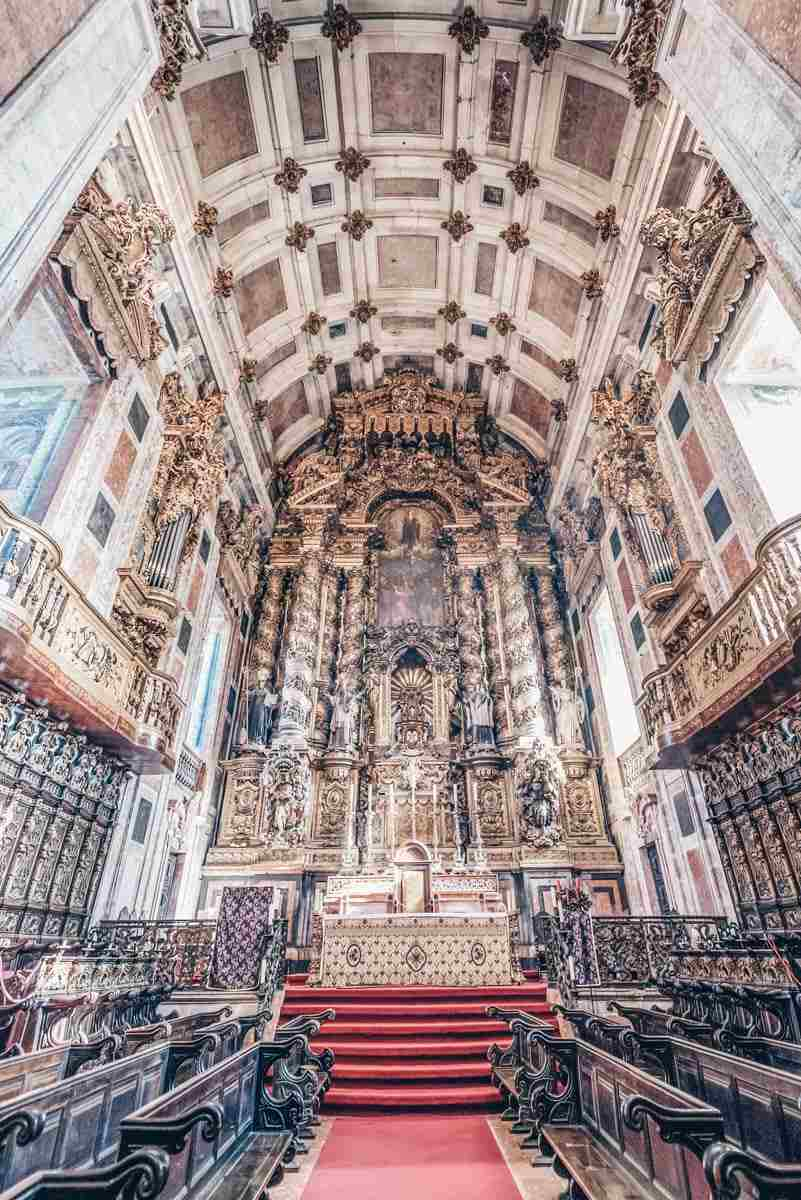 Things to do in Porto: The main altar of Porto Cathedral flanked by twisted columns.