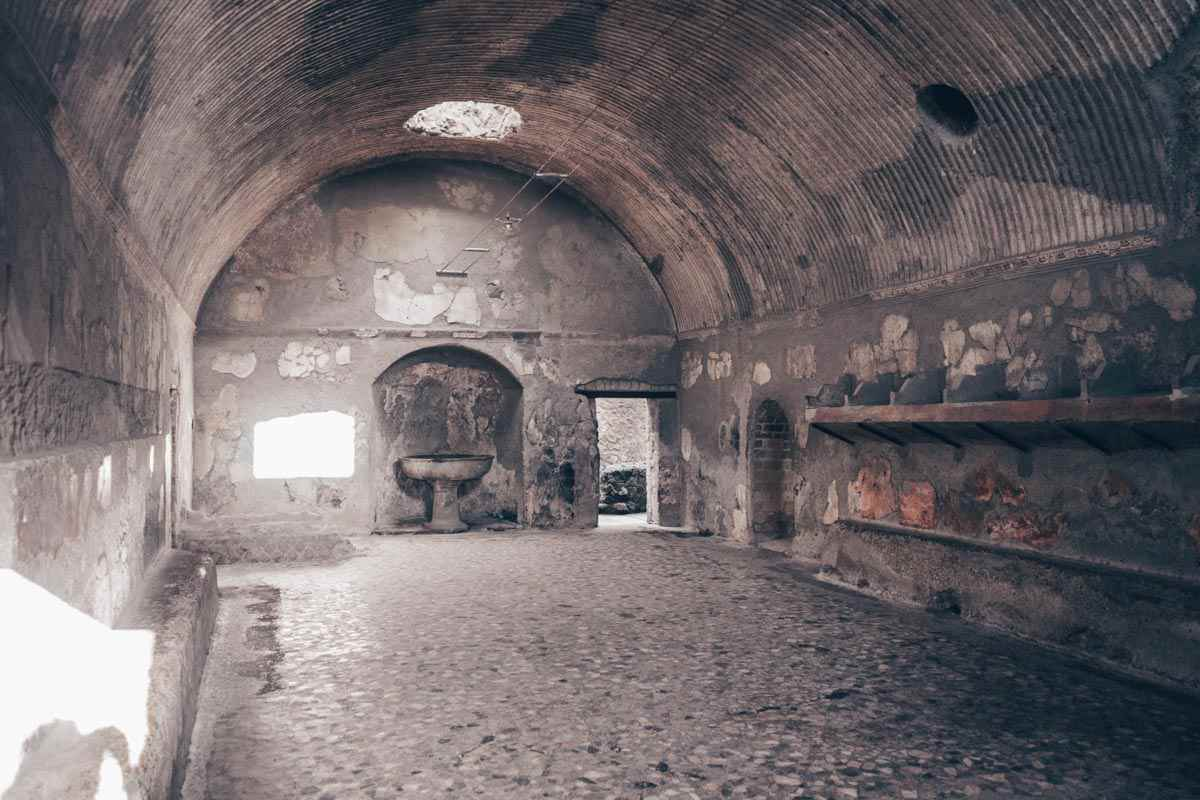 Herculaneum Thermal Baths: Red walls and mosaics of sea creatures of the Terme Del Foro