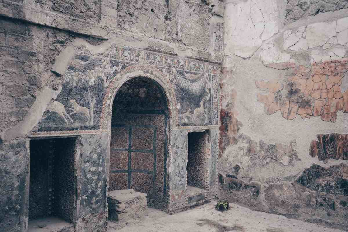 Herculaneum House of Neptune and Amphitrite: Hunting themed mosaics adorning the walls of Casa Di Nettuno Ed Anfitrite.