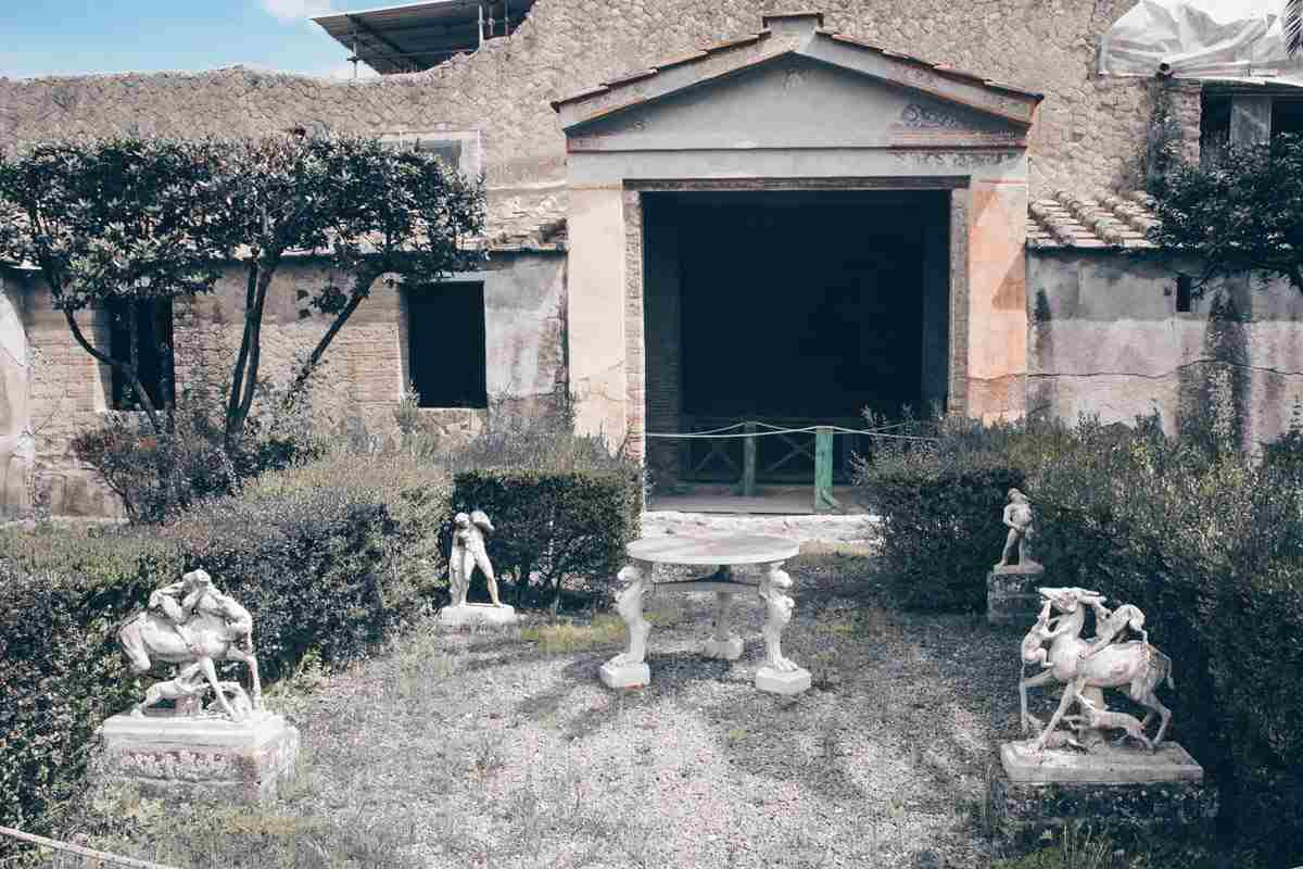 Herculaneum House of the Deer: Number of statues in the garden of the Casa dei Cervi. PC: Mboesch [CC BY-SA 3.0 (https://creativecommons.org/licenses/by-sa/3.0)], via Wikimedia Commons.