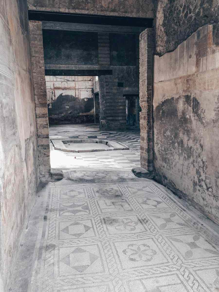 Herculaneum: Black and white geometric patterns inside the House of the Mosaic Atrium. PC: sébastien amiet;l [CC BY 2.0 (https://creativecommons.org/licenses/by/2.0)], via Wikimedia Commons