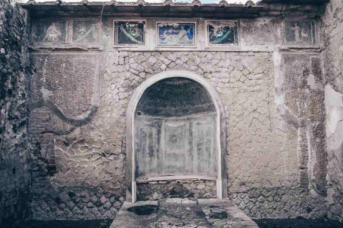Herculaneum: Frescoed walls and mythically themed wall mosaics of the House of the Skeleton