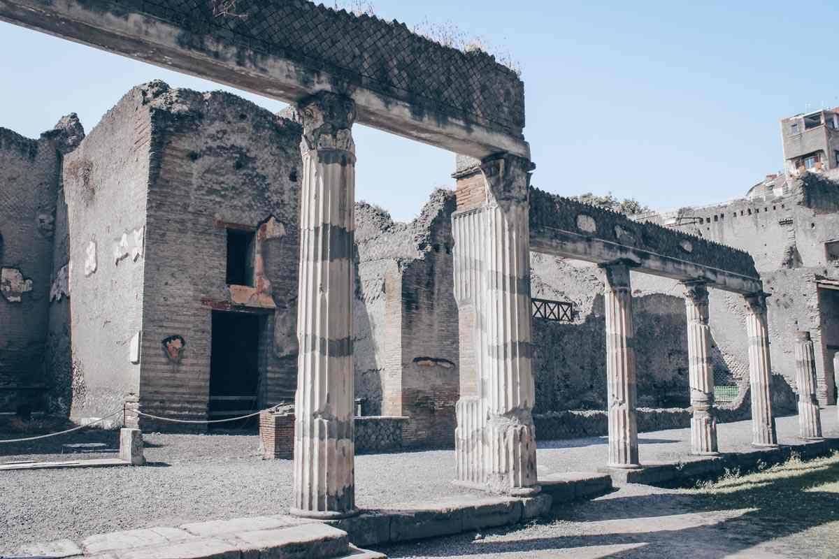 Visit Herculaneum: The colonnaded entrance to the Palestra. PC: Miguel Hermoso Cuesta [CC BY-SA 4.0 (https://creativecommons.org/licenses/by-sa/4.0)], via Wikimedia Commons