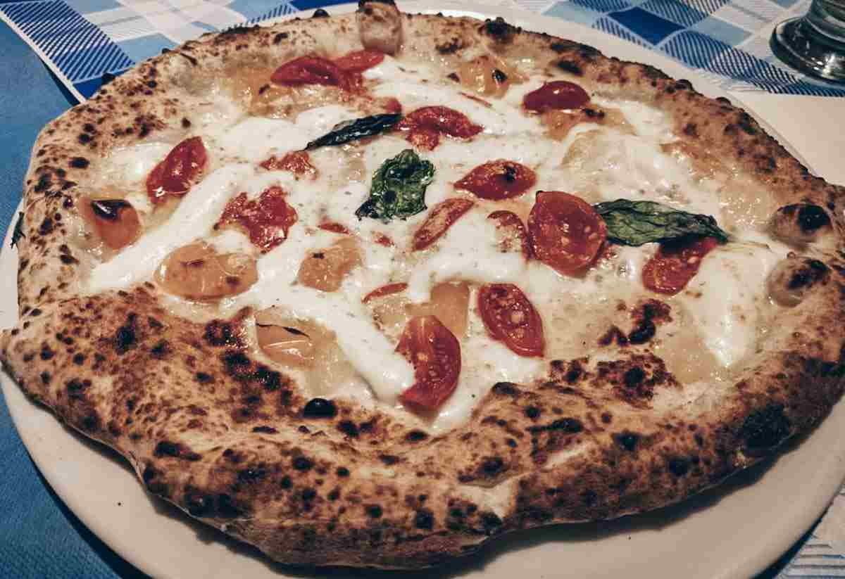 Best Pizza in Naples: The classic Pizza Margherita at Antica Pizzeria & Trattoria AL 22
