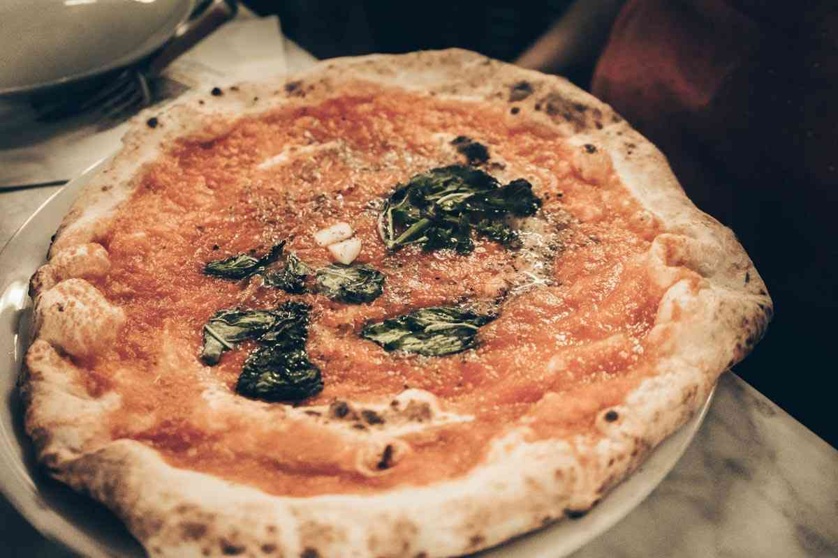 Best Pizza in Naples: The classic Pizza Marinara at I Decumani.