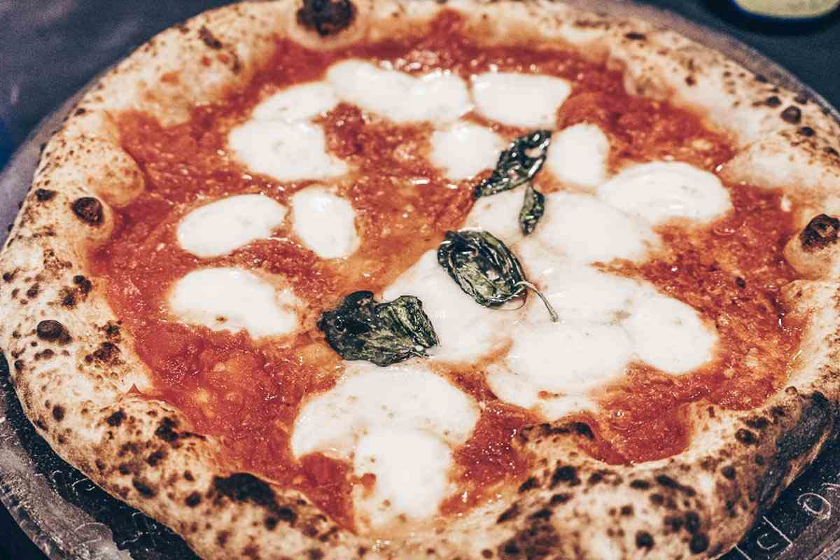 Best Pizzeria in Naples: Delicious Pizza Margherita at Pizzeria Starita a Materdei.