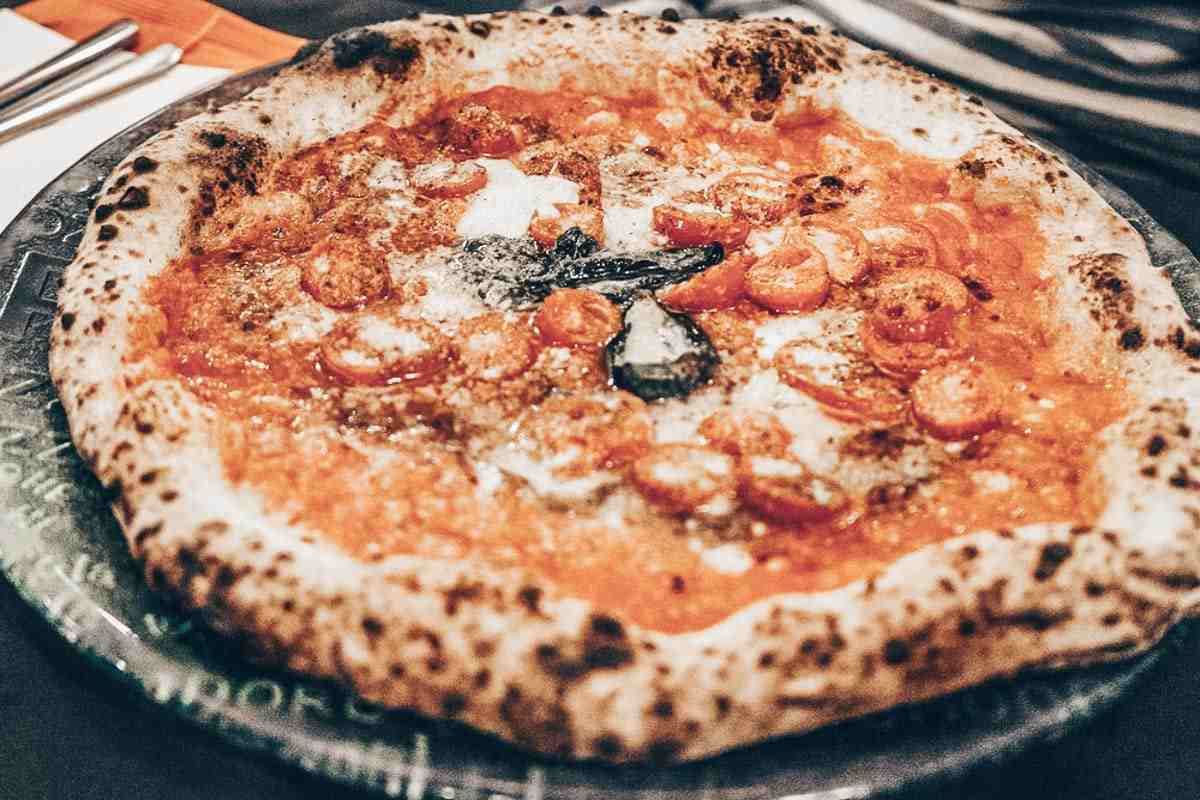 Best Pizza in Naples: Mouthwatering Pizza Marinara at Pizzeria Starita a Materdei