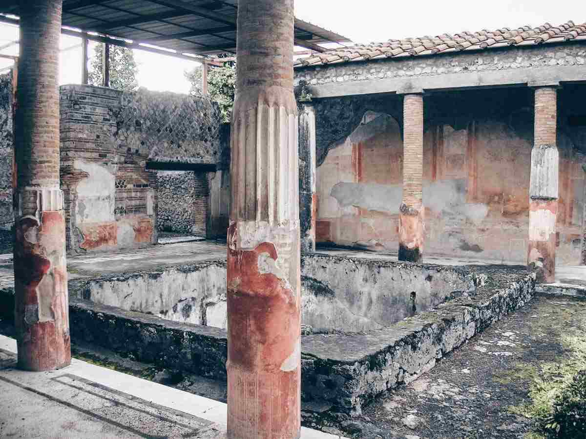 Visit Pompeii: Colonnaded atrium and painted panels of the House of the Dioscuri (Casa dei Dioscuri). PC: Mentnafunangann [CC BY-SA 3.0 (https://creativecommons.org/licenses/by-sa/3.0)], via Wikimedia Commons.