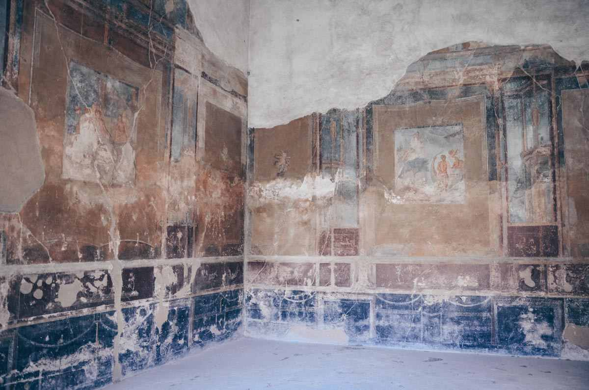 Visit Pompeii: Colorful mosaics inside the House of the Tragic Poet. PC: Carole Raddato from FRANKFURT, Germany [CC BY-SA 2.0 (https://creativecommons.org/licenses/by-sa/2.0)], via Wikimedia Commons.