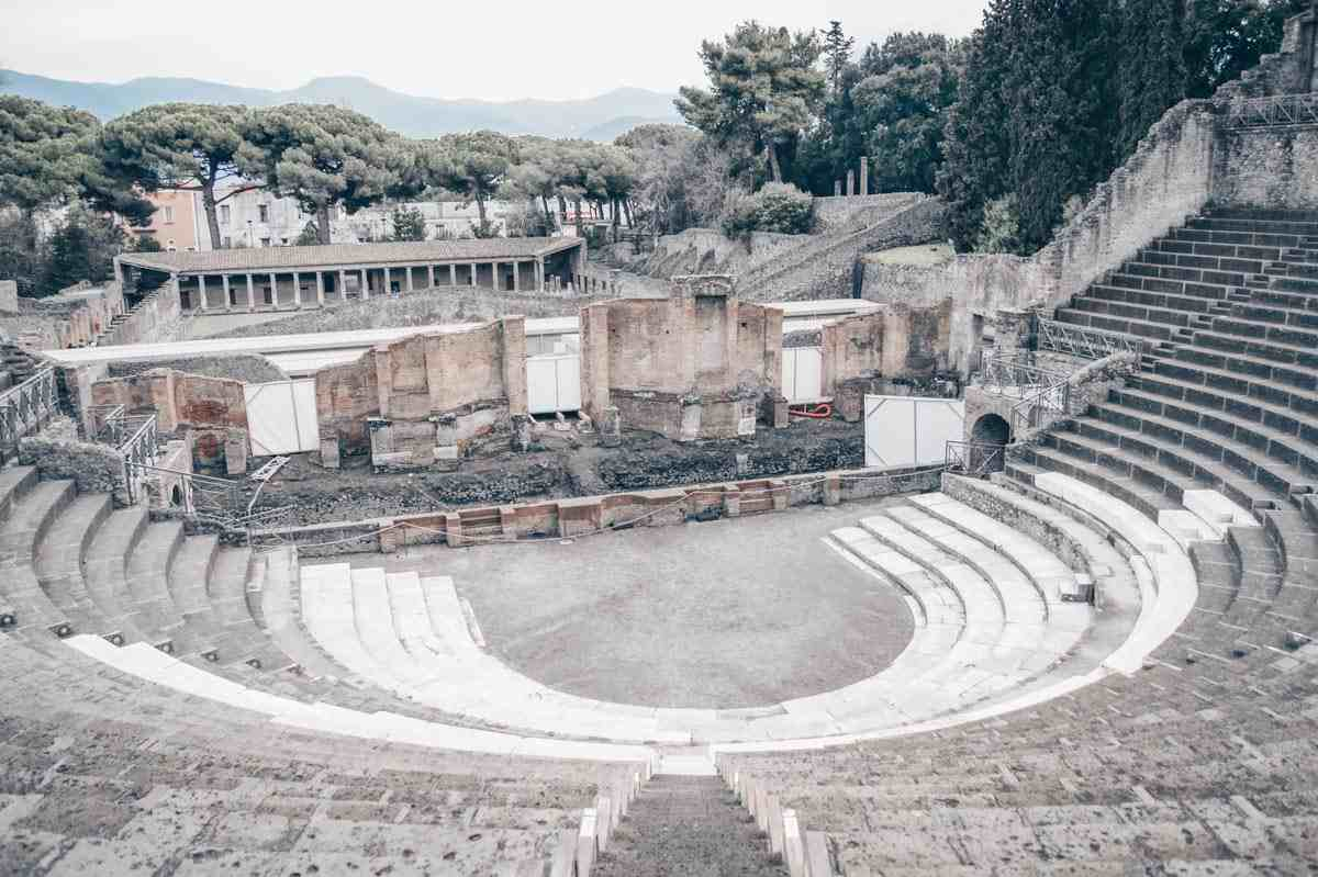Visit Pompeii: The main stage and semi-circular spectator stands of the theater (Teatro Grande) at Pompeii Archaeological Park. PC: Sylvhem [CC BY-SA 3.0 (https://creativecommons.org/licenses/by-sa/3.0)], via Wikimedia Commons.