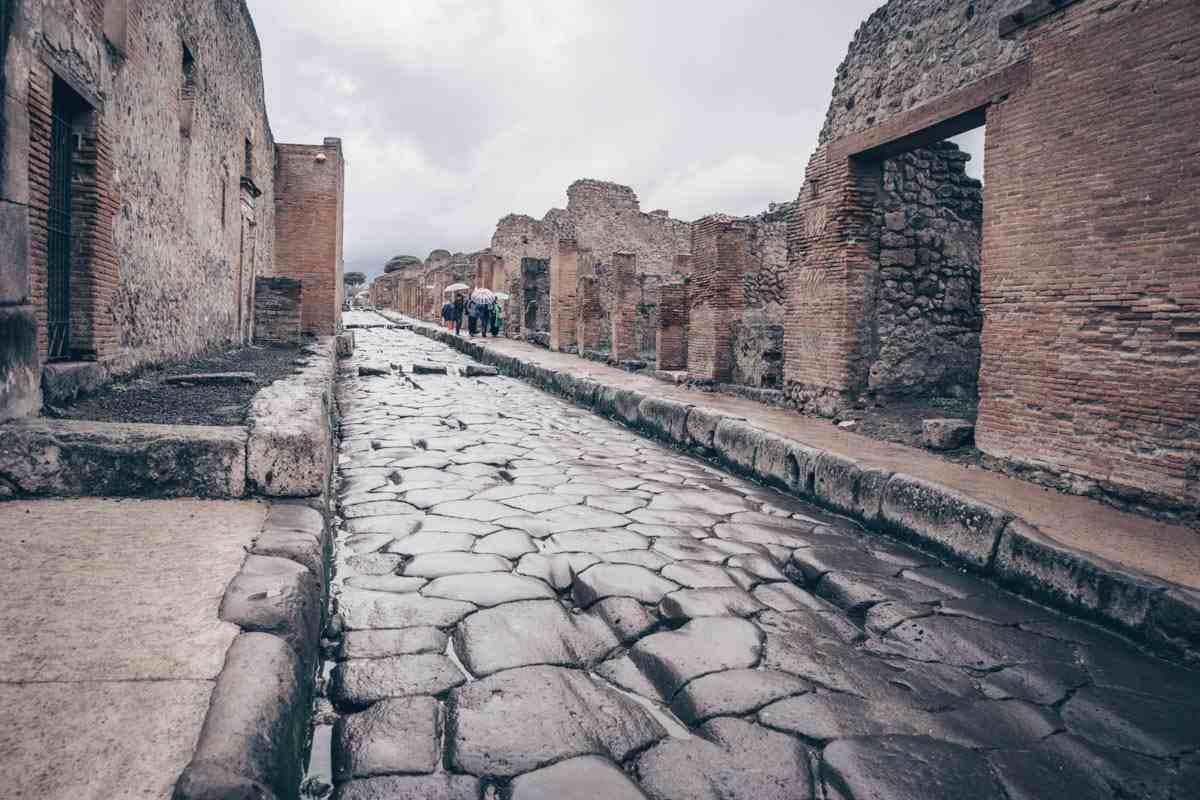 Pompeii Archaeological Park: Via dell'Abbondanza, the main street of Pompeii
