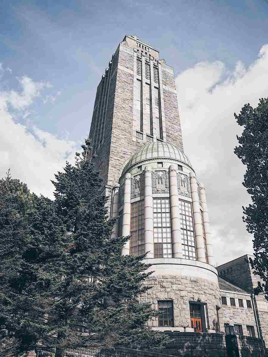 Helsinki attractions: The gray-granite Art Nouveau style Kallio Church. PC: Marit Henriksson [CC BY-SA 4.0 (https://creativecommons.org/licenses/by-sa/4.0)], via Wikimedia Commons